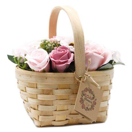 Veľká mydlová ružová kytica v prútenom koši